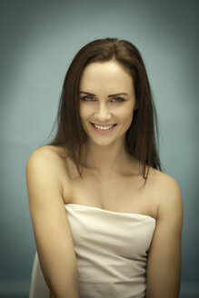 Portrait of smiling young woman - GDF000645
