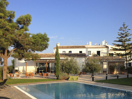 Spain, Majorca, morning light in a small hotel complex, pool, tree, mediterranean style - MS004393