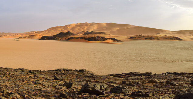 Africa, Algeria, Sahara, Tassili N'Ajjer National Park, Tadrart, View over claypan at Oued in Djerane, Panorama - ES001482