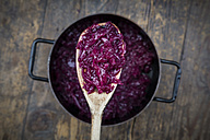 Wooden spoon of boiled red cabbage - LVF002535