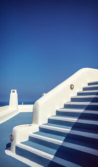 Greece, Cyclades, Santorini, Oia, typical staircase and terrace in front of blue sky - EH000027