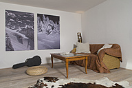 Living room with two photographies on the wall - FF001431