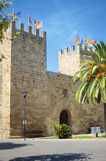 Spain, Balearic Islands, Mallorca, Alcudia, City gate Porta del Moll - MHF000347