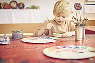 Boy painting in studio - MJF001398