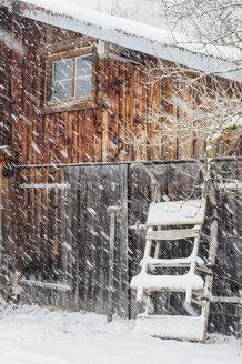 Germany, Bavaria, Berchtesgadener Land, snowfall at wooden house - MJ001428