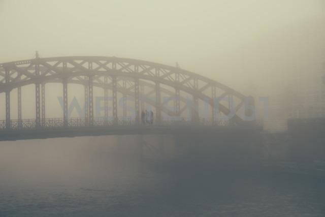 Germany, Hamburg, HafenCity, bridge with pedestrians in fog - KRPF001258 - Kristian Peetz/Westend61