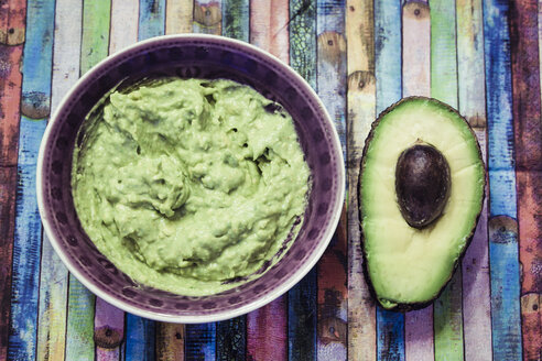 Bowl of guacamole and sliced avocado - SARF001225