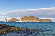 Ecuador, Galapagos Islands, Bartolome,  view to Pinnacle Rock and sailing ship - FOF007295