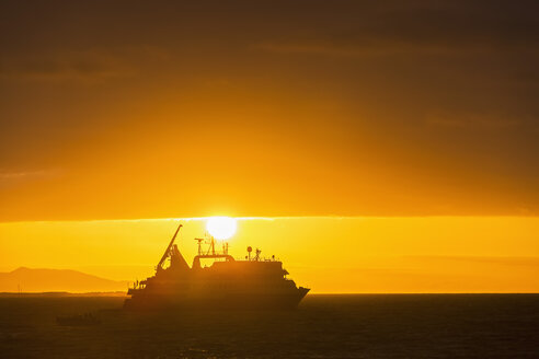 Pacific Ocean, Galapagos Islands, Rabida, cruise ship at sunrise - FOF007576