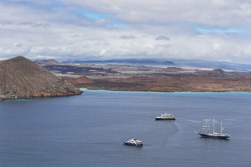 Pacific Ocean, sailing ship and cruise ships in bay of Bartolome Island, Galapagos Islands - FO007556