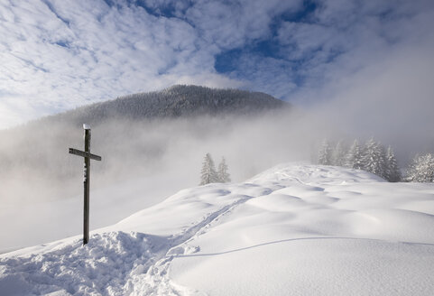Germany, Bavaria, Upper Bavaria, Mangfall Mountains, Hocheck near Oberaudorf, Summit cross in snow - SIEF006371