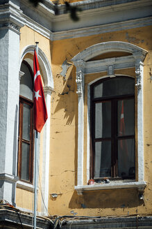 Turkey, Istanbul, Turkish flag at an old building - EHF000103