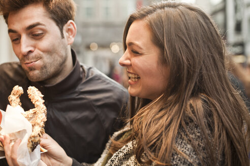 Germany, Cologne, young couple with pastry - FEXF000246