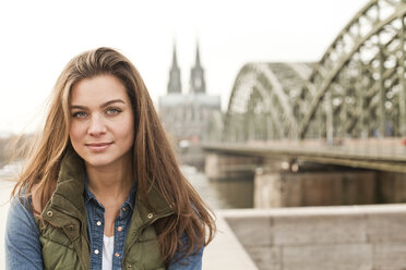 Germany, Cologne, portrait of smiling young woman - FEXF000254