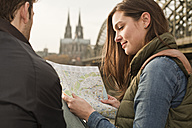 Germany, Cologne, young couple with city map - FEXF000269