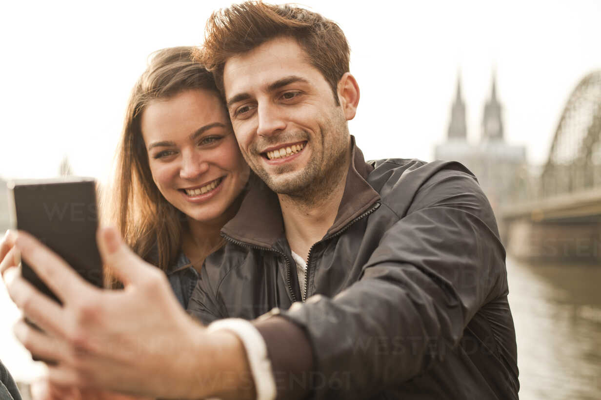 Germany, Cologne, young couple taking selfie - FEXF000275 - Team-Up/Westend61