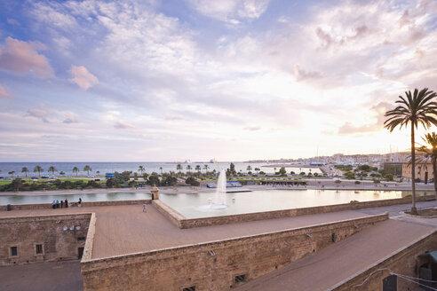 Spain, Balearic Islands, Majorca, Walkway on the old city wall - MEMF000663