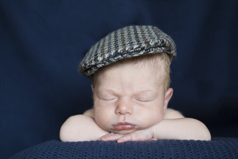Portrait of sleeping newborn with cap - JTLF000035