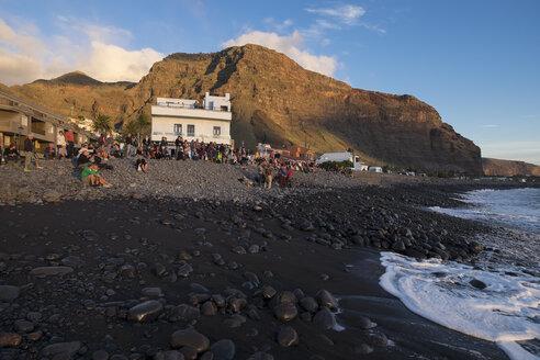 Spain, Canary Islands, La Gomera, Valle Gran Rey, La Playa, drummers at lava beach - SIE006376
