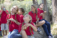 South Africa, Kids on field trip eating fruits for lunch - ZEF003935