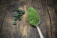 Spoon of wheatgrass powder and wheatgrass tablets - LVF002634