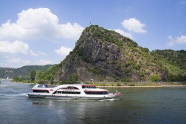 Germany, Sankt Goarshausen, tourboat on River Rhine at Lorelei rock - JWA000229