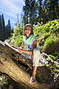Austria, Altenmarkt-Zauchensee, woman drawing in the nature - HHF005063