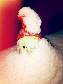 Garden gnome in snow - VRF000139