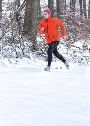Germany, Baden-Wuerttemberg, Holzberg, man jogging in snow - STSF000687