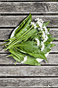 Blossoms and leaves of wild garlic on plate - GWF003594
