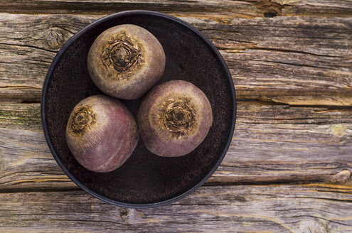 Bowl with three beetroots on wood - ODF001075