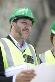 Manager and foreman discussing construction project on site - ZEF003834