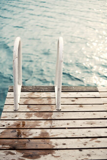 Wet bathing jetty with ladder at a lake - VRF000146