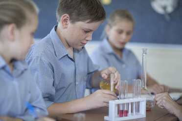 Pupils experimenting in chemistry class - ZEF004972