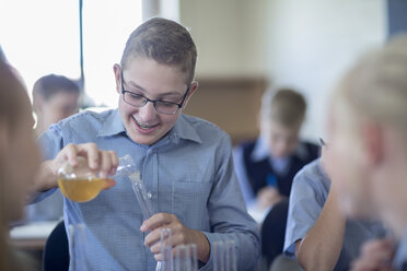 Pupils experimenting in chemistry class - ZEF004973