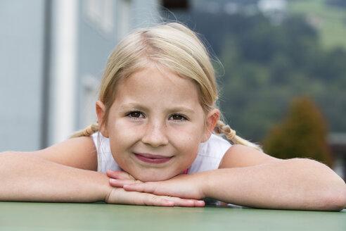 Portrait of smiling little girl - WWF003622