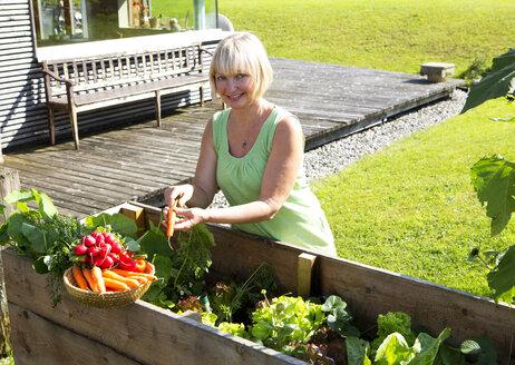 Portrait of woman gardening - WWF003627