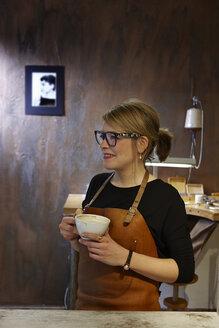 Goldsmith in workshop having coffee break - EDF000123