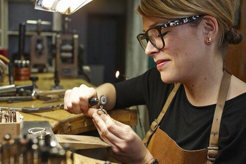 Goldsmith in workshop at work - EDF000103
