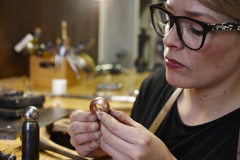 Goldsmith in workshop at work - EDF000111