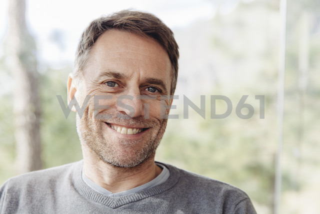 Portrait of smiling mature man - MFF001424