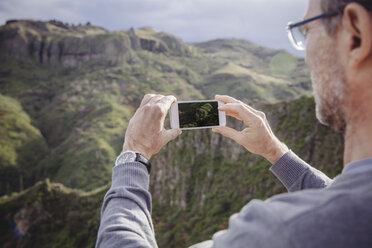 Spain, Canary Islands, Gran Canaria, man taking picture of Vega de San Mateo - MFF001454