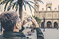 Spain, Canary Islands, Gran Canaria, Las Palmas, man taking picture of Catedral de Santa Ana - MFF001457