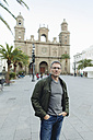 Spain, Canary Islands, Gran Canaria, Las Palmas, man in front of Catedral de Santa Ana - MFF001437