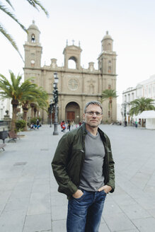 Spain, Canary Islands, Gran Canaria, Las Palmas, man in front of Catedral de Santa Ana - MFF001437