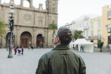 Spain, Canary Islands, Gran Canaria, Las Palmas, man looking at Catedral de Santa Ana - MFF001456