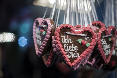 Germany, gingerbread hearts with 'I love you' - CHPF000006