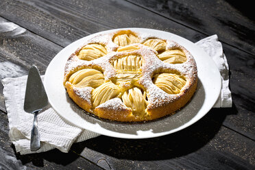 Home-baked apple pie on cake plate - MAEF009679