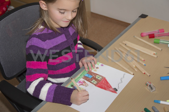 Little girl drawing happy family - YFF000308