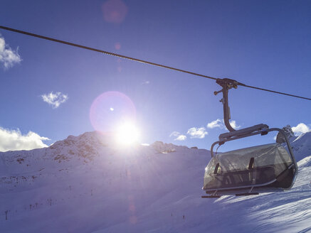 Switzerland, Arosa, chair lift over skiing piste - DRF001250